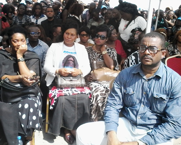 Sr L'Or Mbongo parmi les artistes éplorés près de la chapelle ardente