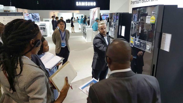 Les médias visitant  l'exposition du 8e Samsung Africa Forum