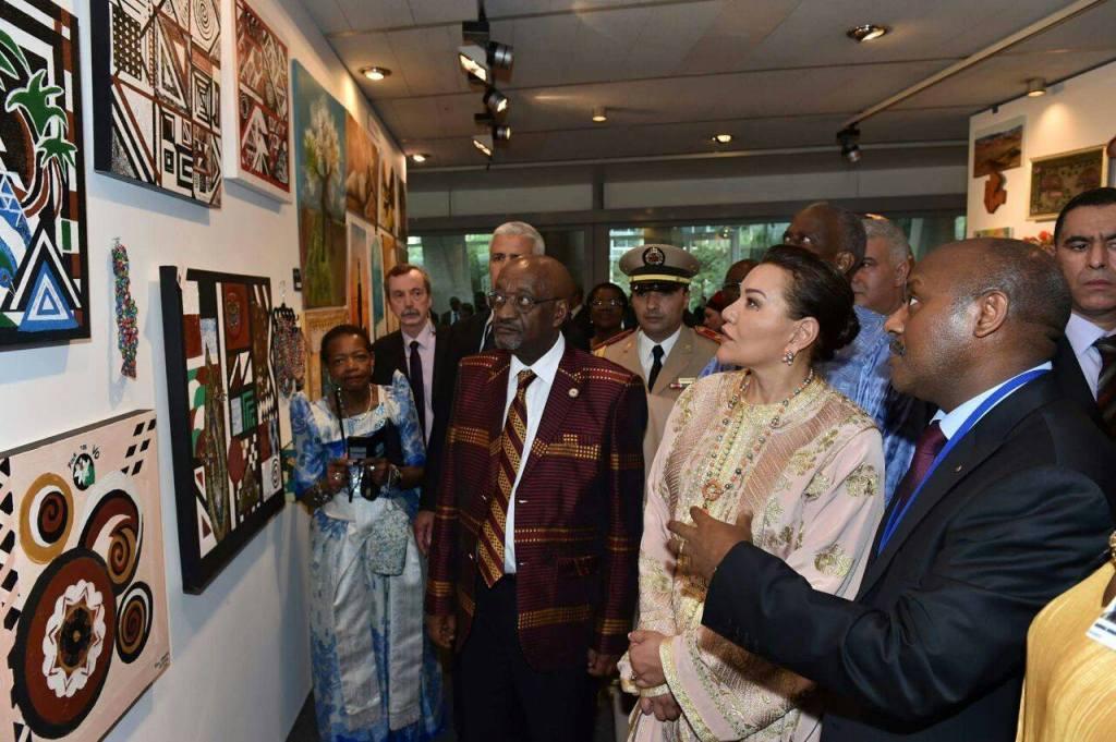 La Princesse Lalla Hasnaa marraine de la Semaine africaine reçoit les explications sur les oeuvres d'Alice Gahunga Durand
