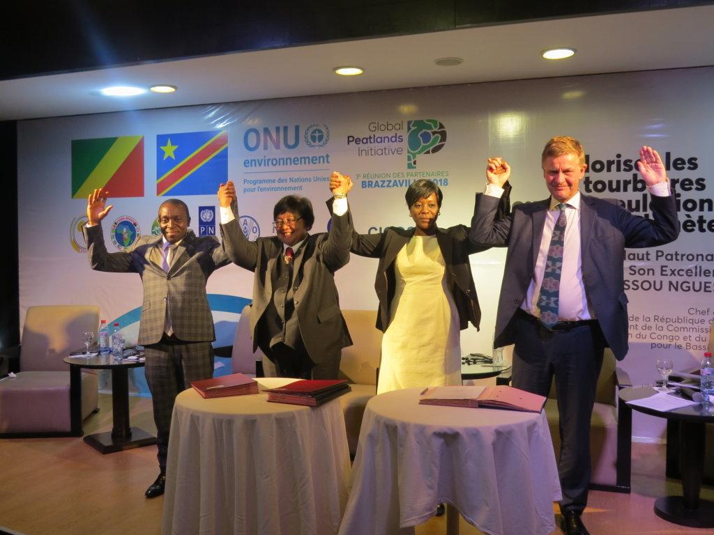 Les trois ministres de l'Environnement de la RDC, de l'Indonésie et du Congo ainsi que M. Erik Solheim, Directeur d'ONU Environnement, signant la Déclaration de Brazzaville. Crédit photo Christlawilla
